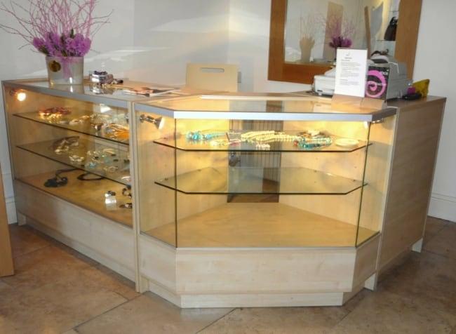 modelo de balcao em vidro com expositor para loja