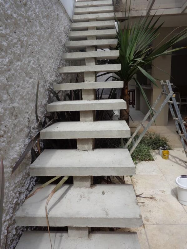 escada externa reta pre moldada em concreto com viga central