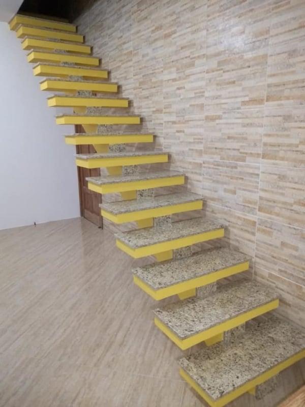 escada pre moldada reta com granito nos degraus