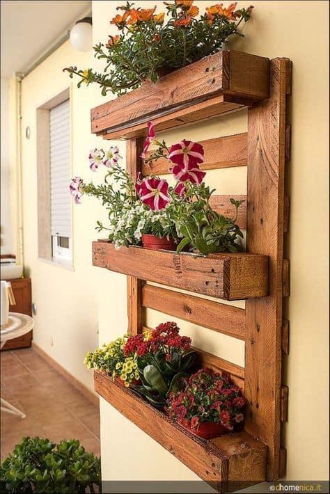 prateleiras rusticas de pallet com flores
