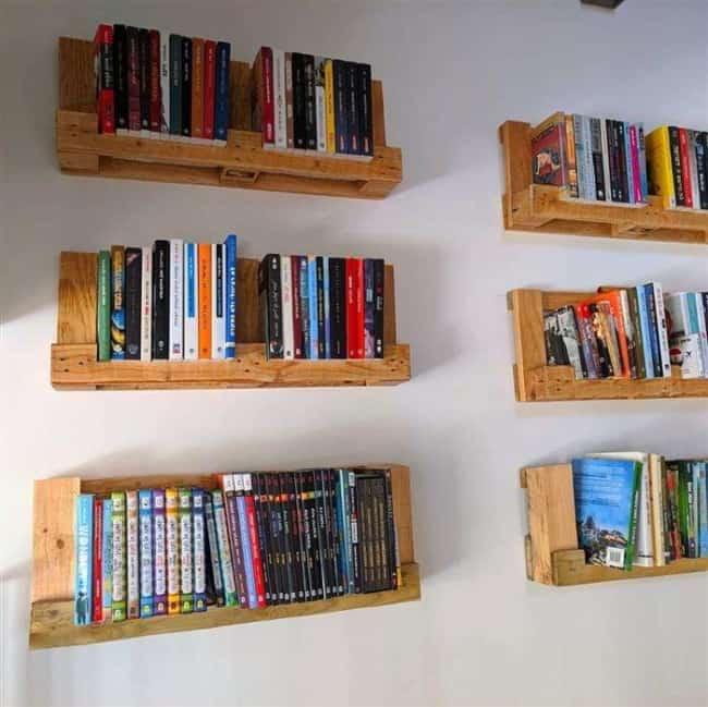 prateleiras de pallet suspensas com livros