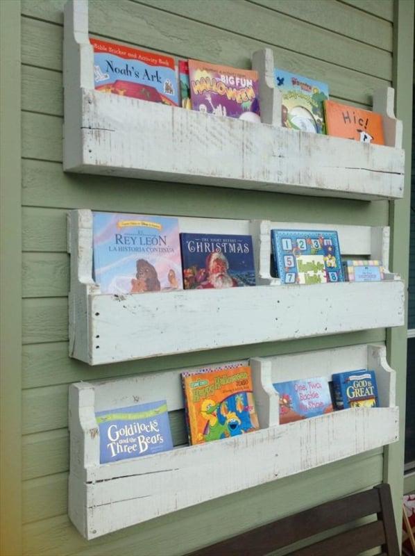 prateleiras de livros feita de paletes