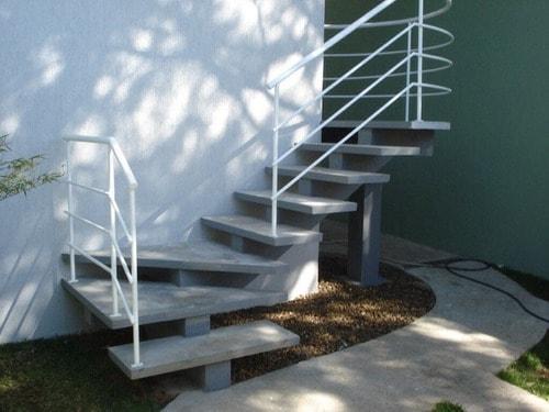 escada pre moldada em concreto com corrimao