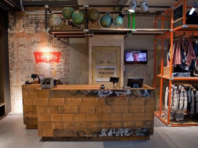 loja de roupas com balcao de madeira de demolicao