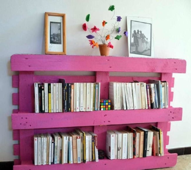 prateleira colorida de pallet para livros
