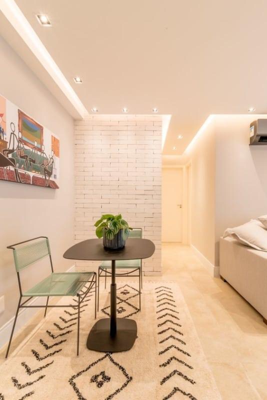 sala moderna com forro de gesso e iluminacao embutida