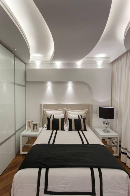 quarto pequeno e moderno com sanca de gesso iluminada