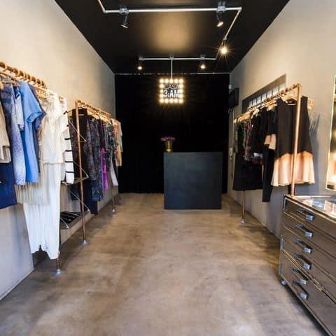 loja moderna com balcao preto