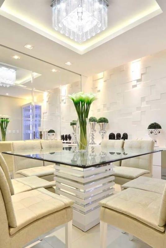 sala de jantar com sanca de gesso e lustre