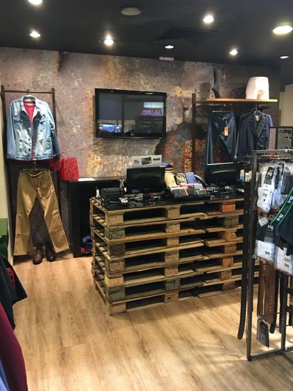 loja de roupas com balcao de pallets