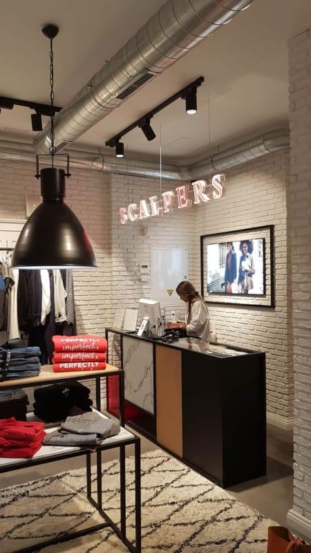 loja de roupas moderna com caixa balcao