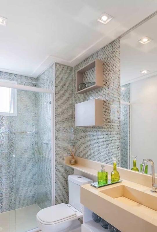 banheiro com forro de gesso e moldura simples