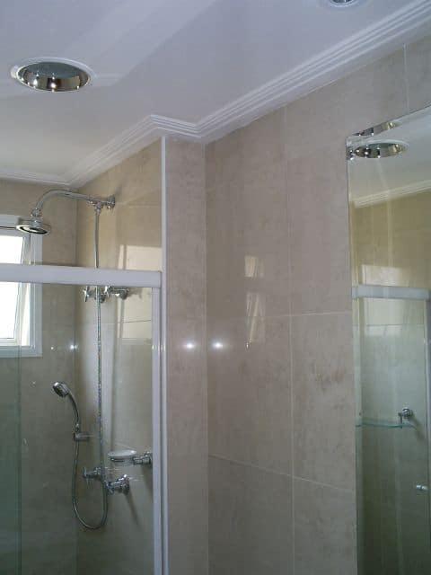 banheiro com forro de gesso e moldura
