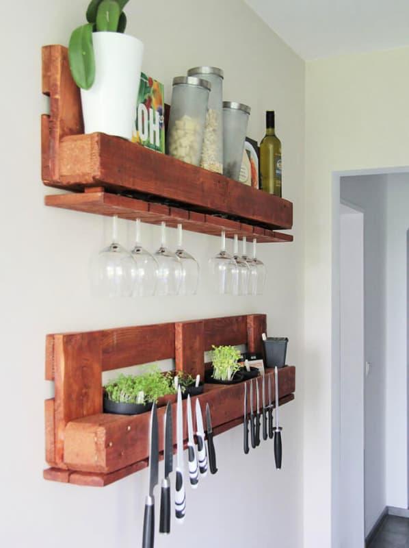 prateleiras de pallets na cozinha