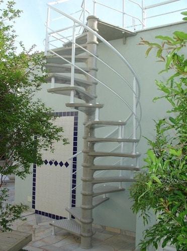 ambiente externo com escada caracol pre moldada