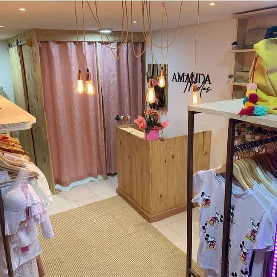 loja de roupas com balcao de madeira