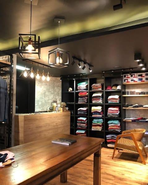 loja de roupas moderna com balcao em madeira