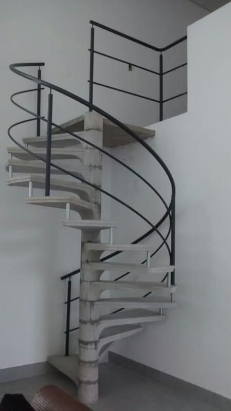 escada caracol pre moldada de concreto com corrimao de metal