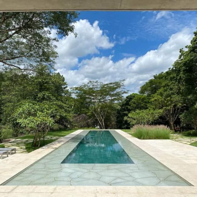 Esse projeto integra a piscina com a natureza