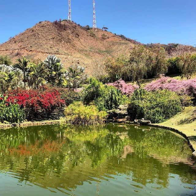 O paisagismo perfeito e equilibrado entre o lago e os elementos naturais