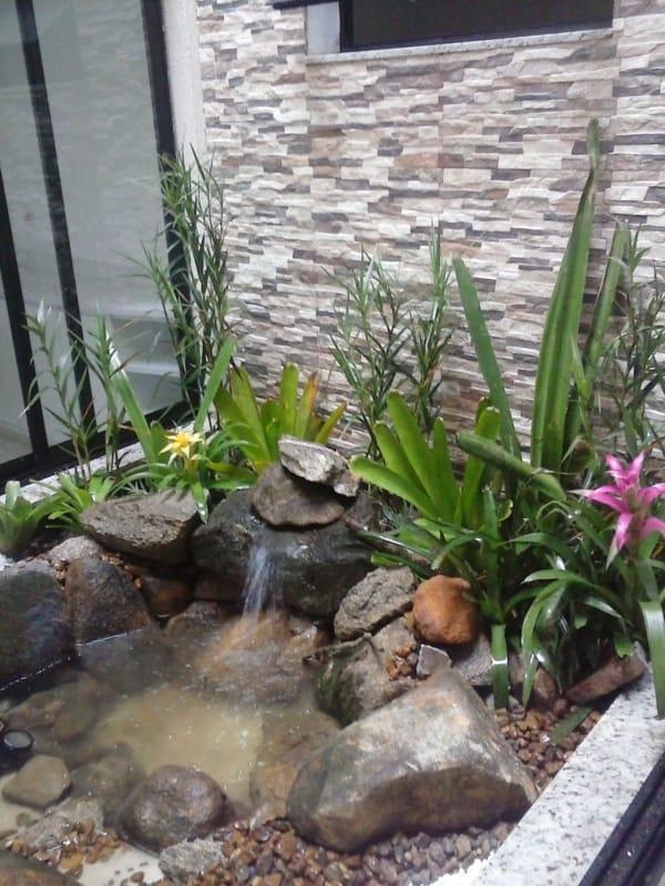 jardim de inverno pequeno com mini lago e cascata de pedras