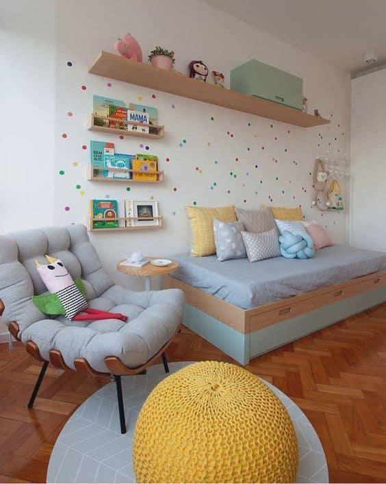 quarto infantil com poltrona costela cinza