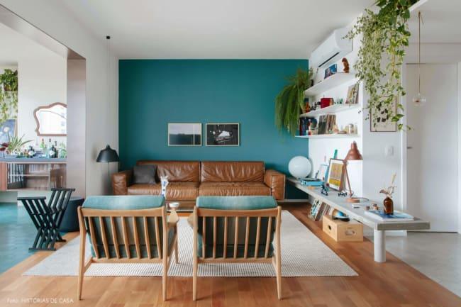 sala com parede colorida e sofa caramelo