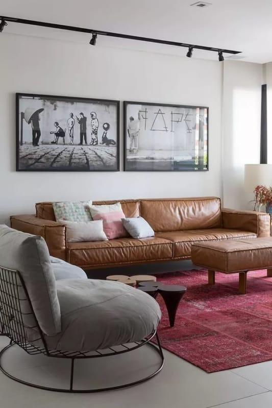sala com sofa caramelo e tapete vinho