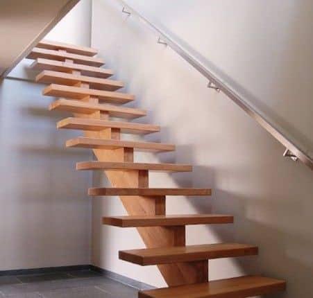 escada reta de madeira com viga no centro