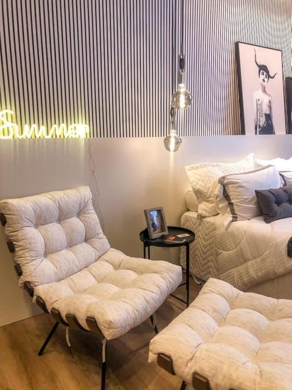 quarto moderno com poltrona costela com puff