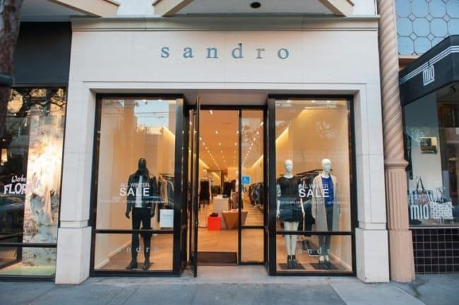 loja de roupas com porta dupla de vidro
