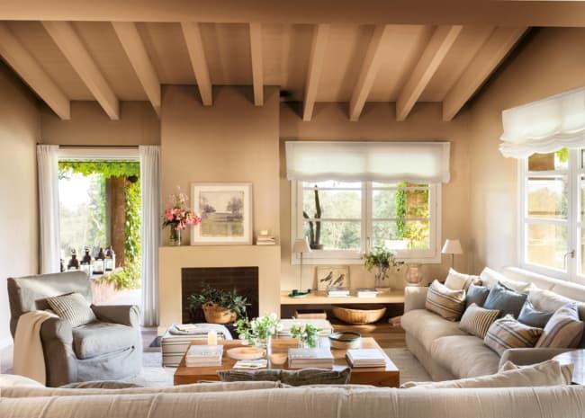 sala de casa de campo com paredes em cor areia
