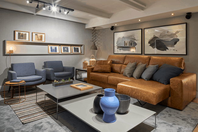 sala moderna com paredes cinza e sofa caramelo