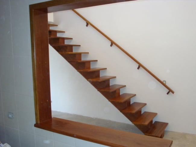 escada de madeira reta com viga central