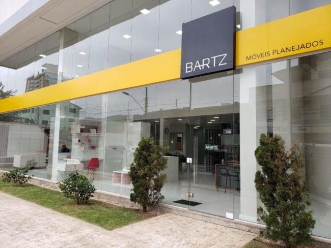 loja com paredes e porta de vidro