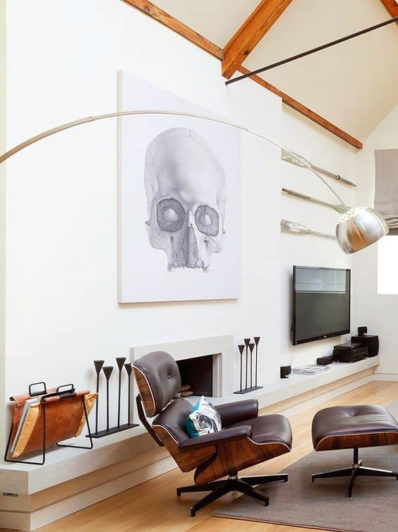 sala de TV com poltrona Charles Eames com puff