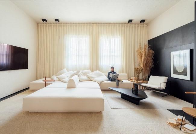 sala moderna com decoracao em cor areia e preto
