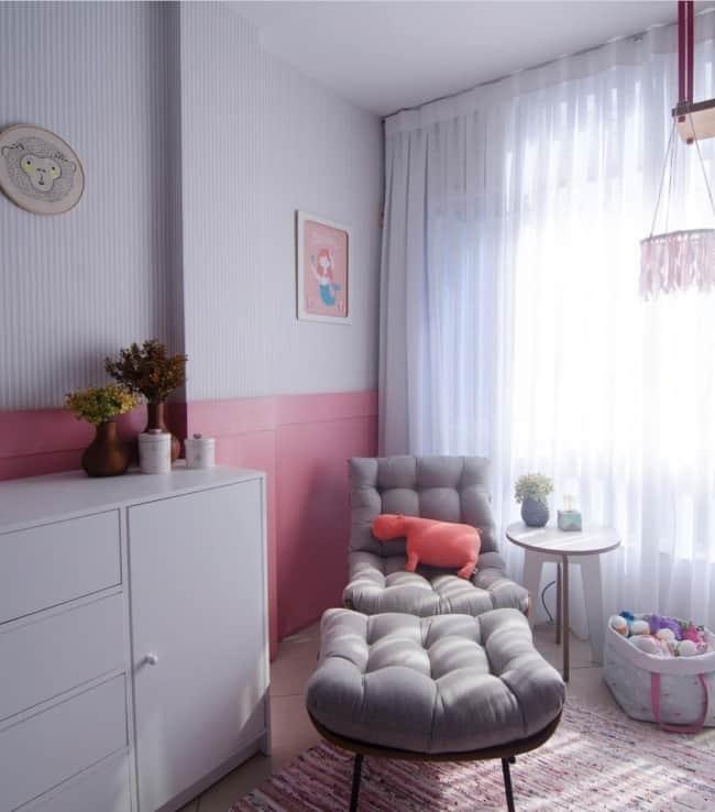quarto decorado com poltrona costela com puff