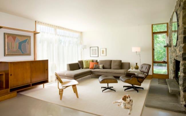 sala com moveis vintage e poltrona Charles Eames