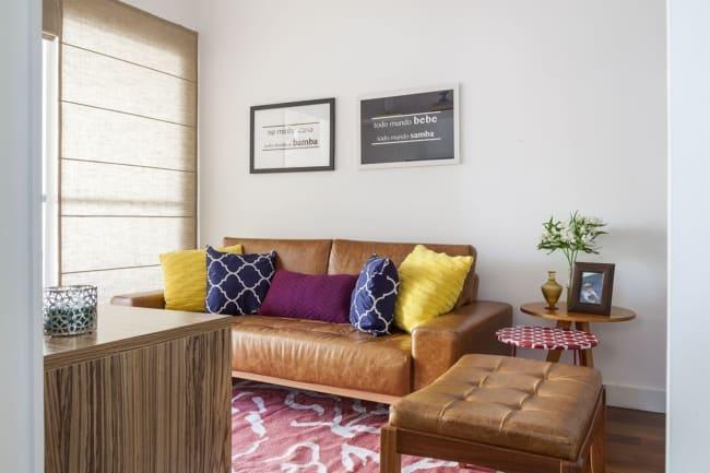 sala pequena com sofa caramelo