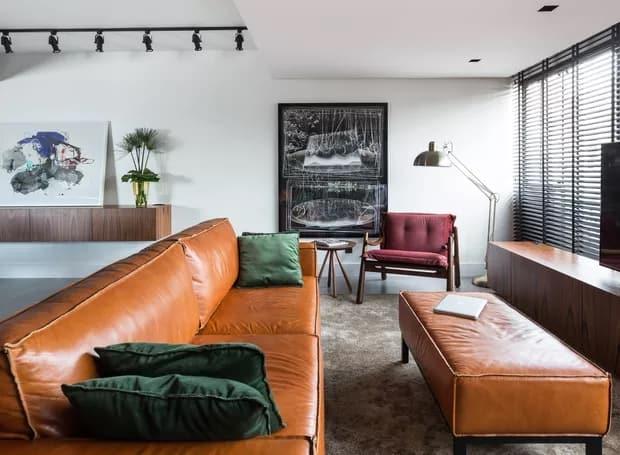decoracao da sala com sofa de couro caramelo