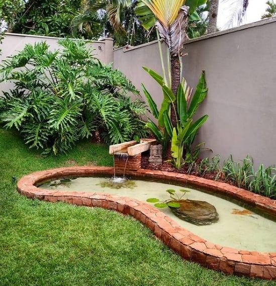 jardim externo com mini cascata e lago simples