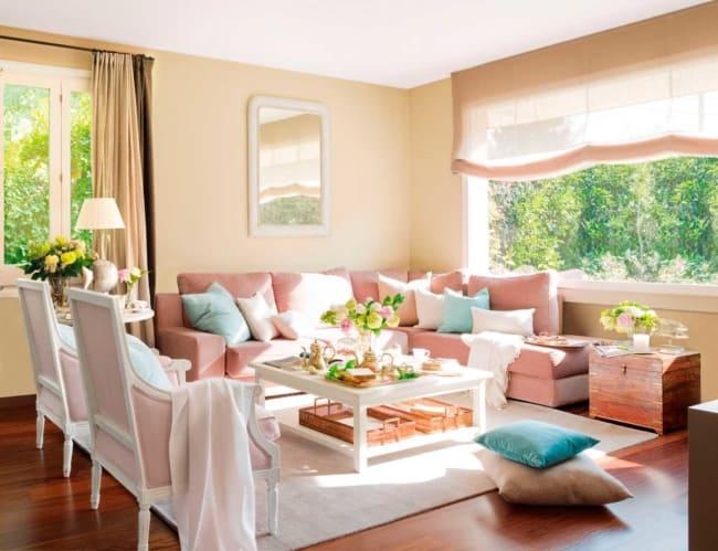 sala com parede cor areia e sofa rosa