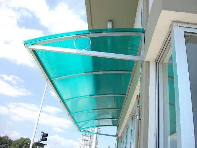 fachada com toldo de policarbonato verde