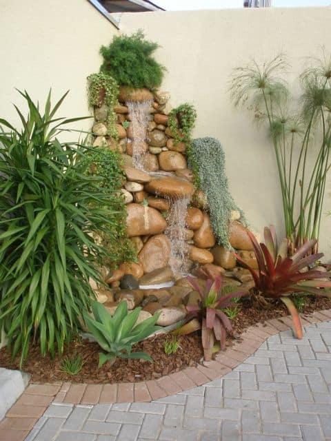 jardim pequeno com cascata de pedras