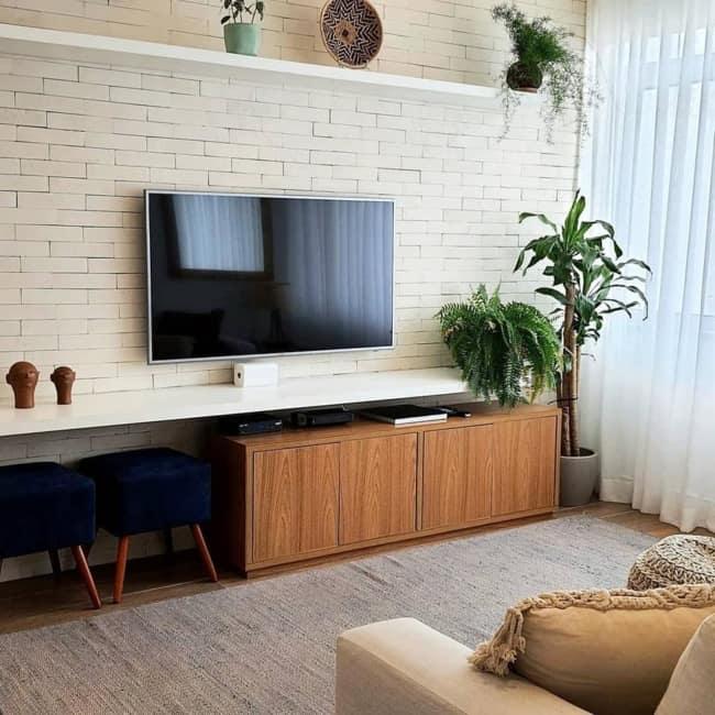 sala de TV pequena com parede em cor areia