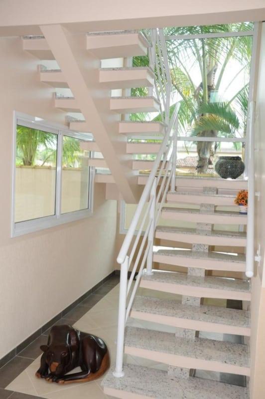 escada de concreto com viga central e revestimento de granito