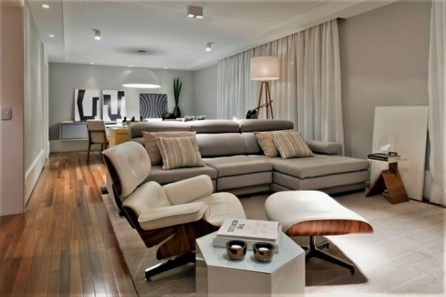 sala decorada com sofa cinza e poltrona Charles Eames branca
