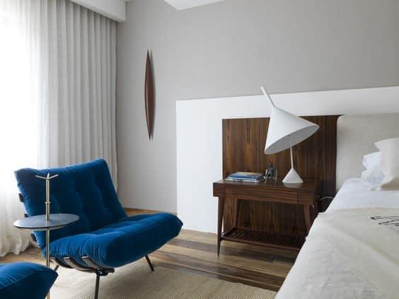 poltrona costela azul na decoracao do quarto