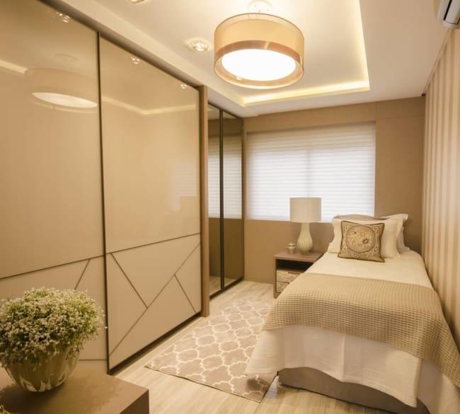 quarto de solteiro neutro com decoracao cor areia